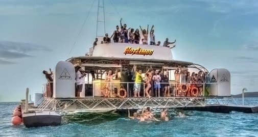 image of a houseboat for hotlimos-party-boat-birthday-ideas